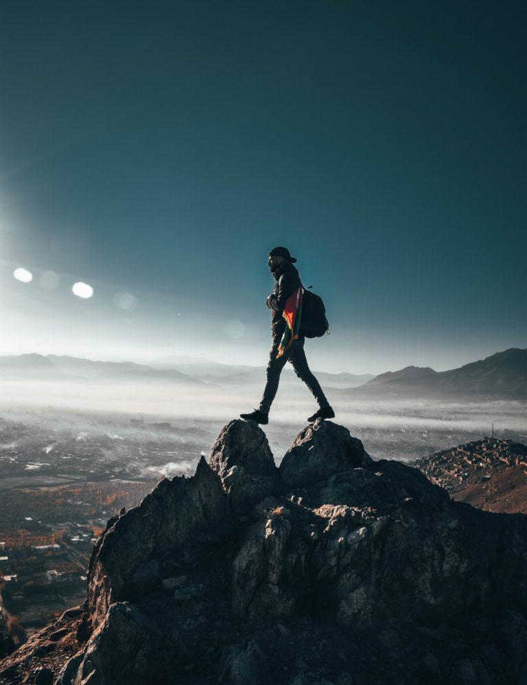 image illustration homme trail montagne